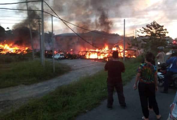 Rumah panjang terbakar, lapan keluarga tinggal sehelai sepinggang